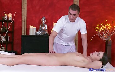 Masseur stings gorgeous woman's cunt close by full mode