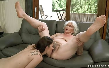 Perverted lesbian called Linda Love is actually a good pussy eater